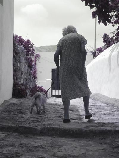 Γιαγιά και σκύλος (φωτογραφία: Μανώλης Ηλιάκης)